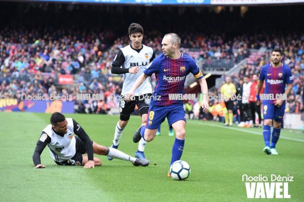 Iniesta volvió a salir ovacionado del Camp Nou. | Fotografía: Noelia Déniz (VAVEL)