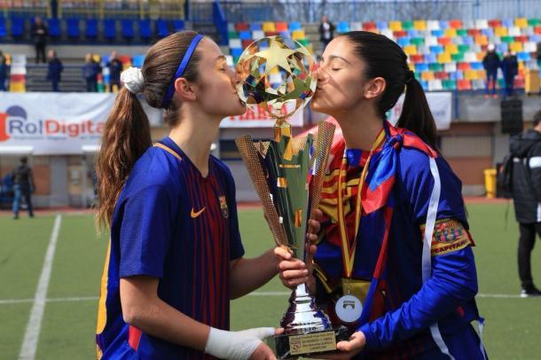 Jana Fernández (derecha) con un trofeo ganado con el FC Barcelona | Foto: Twitter (@janafernandez_)