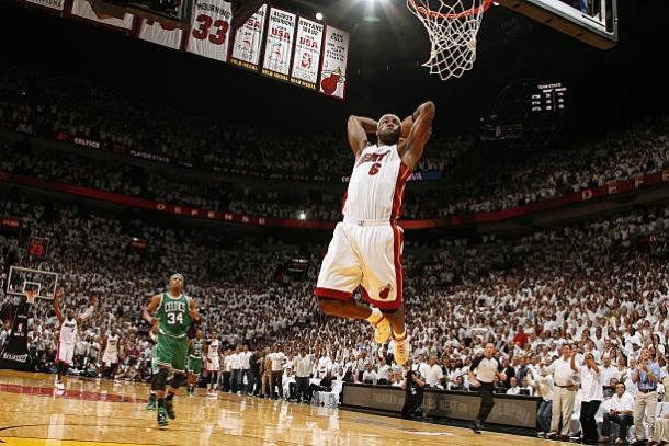 LeBron machaca ante los Celtics. | Foto: Getty Images
