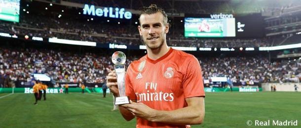 Bale con el trofeo que le cataloga como mejor jugador del encuentro | Foto: @RealMadrid
