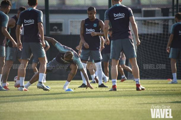 La plantilla culé ejercitándose en la Ciutat Esportiva, entre ellos Arturo Vidal y Rafinha | Foto: Noelia Déniz - VAVEL