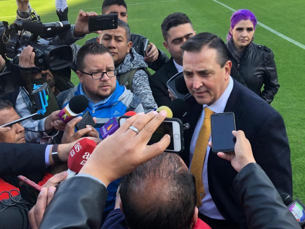 Miguel Ángel Garza respondiendo a la prensa | Foto:Carlos Ruíz /VAVEL México