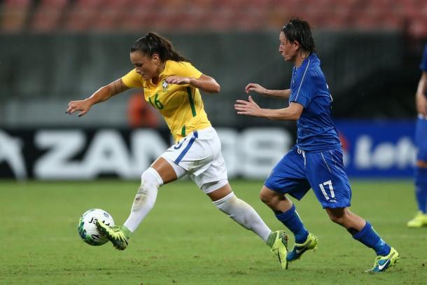 Camilinha com a camisa do Brasil em amistoso (Foto: