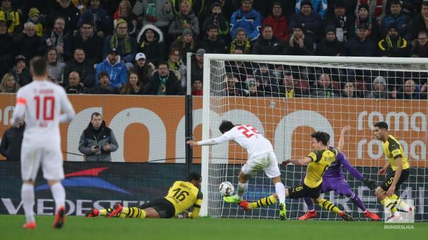 Momento do chute de Ji Dong-Won, abrindo o placar (Foto: Divulgação / Bundesliga)