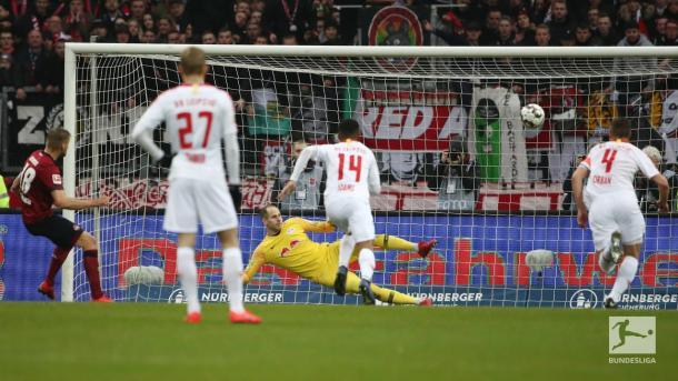 Momento em que Behrens bate o pênalti (Foto: Divulgação / Bundesliga)