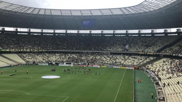 Agora, todo o time Vovô está em campo para o aquecimento (Foto: Zeca Lemos / VAVEL Brasil)