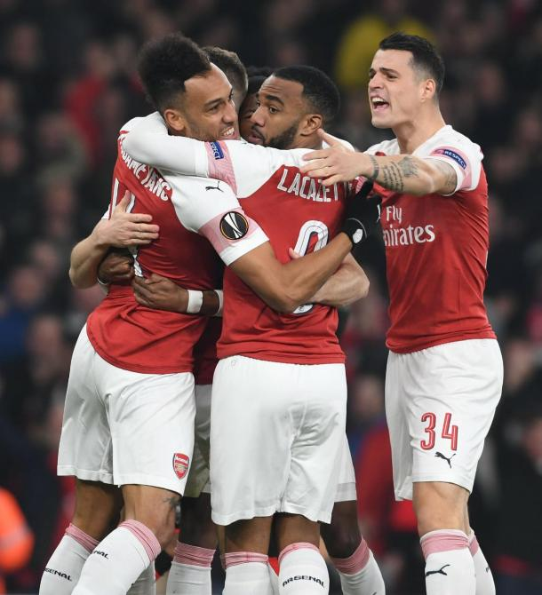 Jogadores do time inglês comemorando o primeiro gol de Aubameyang no jogo (Foto: Arsenal)