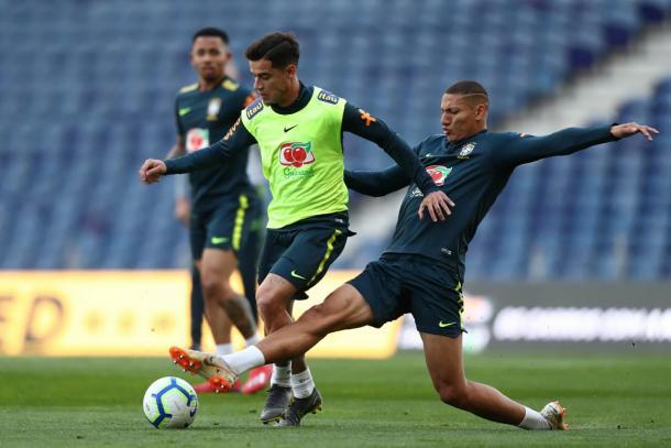 Coutinho e Richarlison em jogada no treino desta sexta (22), no Estádio do Dragão (Foto: Lucas Figueiredo/CBF)