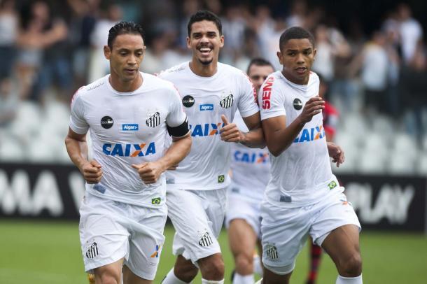 Ricardo Oliveira comemora o gol sobre o Atlético-GO em 2017 (Foto: divulgação/Santos FC)
