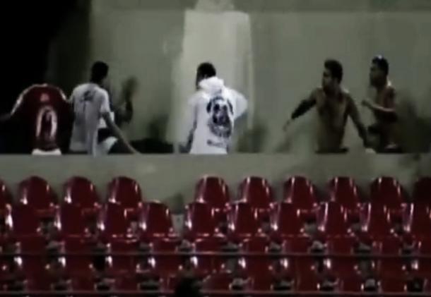 Cenas de violência registradas no Rei Pelé, em 2013 (Foto: reprodução/YouTube)