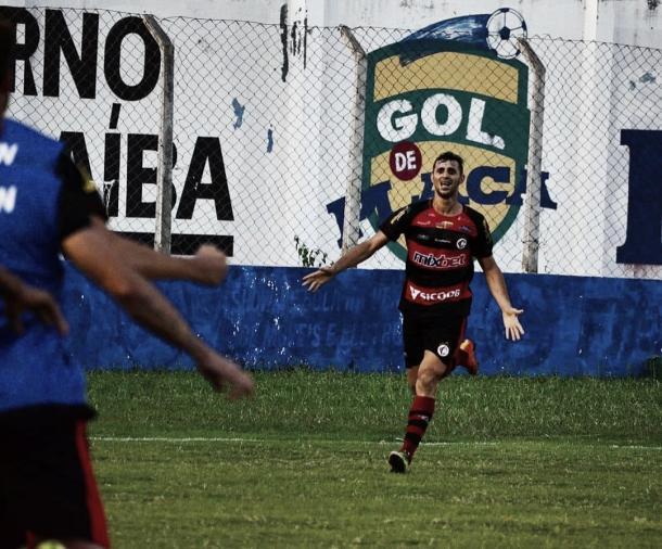 Lopeu comemora o gol do Campinense na partida (Foto: divulgação/Campinense)