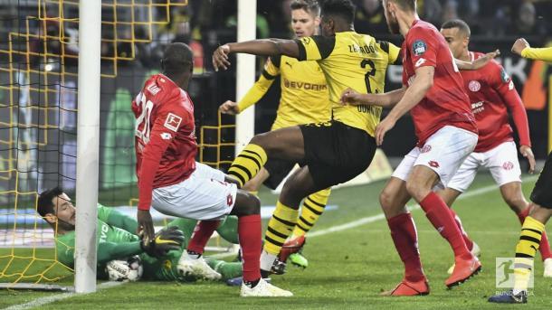 Defesa de Bürki (Foto: Bundesliga)