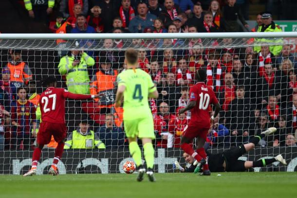 Momento exato em que Origi arremata para o gol vazio (Foto: Reprodução/Liverpool FC)