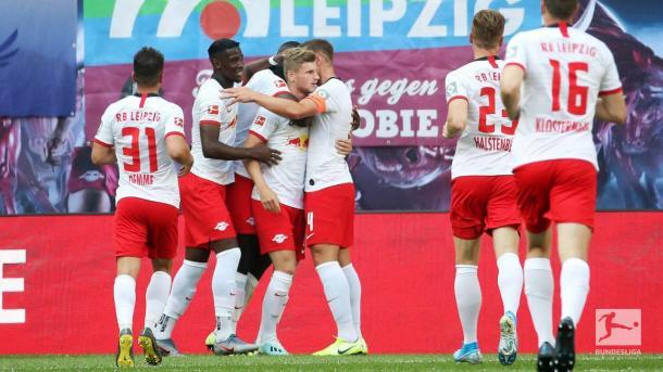 RBL vibrando em grupo com o gol de Werner (Foto: Divulgação / Bundesliga)