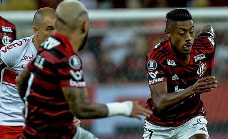Na imagem, percebe-se a colocação do escudo da Libertadores acima de um patrocinador (Foto: Alexandre Vidal/Flamengo)