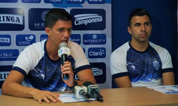 Técnico do CSA, Maurício Barbieri, ao lado de seu principal auxiliar, Claudio Maldonado | Foto: Augusto Oliveira/RCortez/CSA
