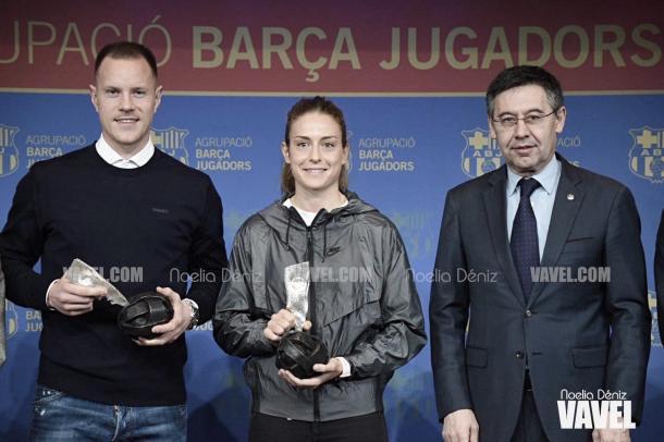 Ter Stegen y Alexia Putellas recibiendo el premio ABJ l Noelia Déniz (VAVEL)