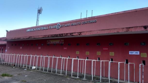 Legenda: Estádio Giulite Coutinho mostra marcas do tempo(Foto: Edilson Dias)