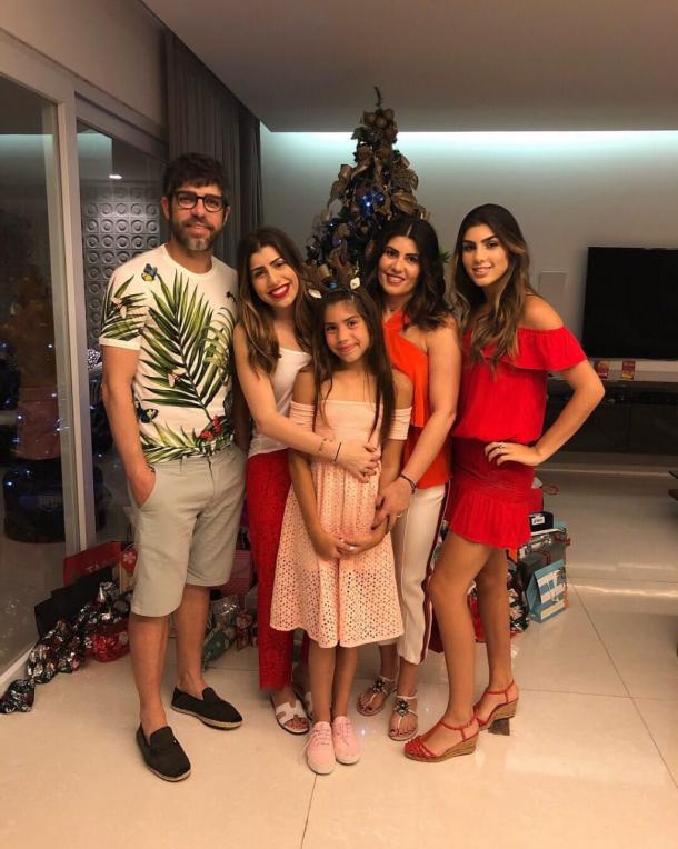 Juninho Pernambucano com sua esposa e três filhas (Foto: Reprodução / Twitter oficial do ex-jogador)