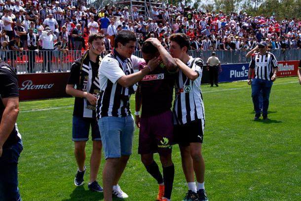 Aficionados consolando al equipo tras la derrota. Fuente: Raúl Velasco