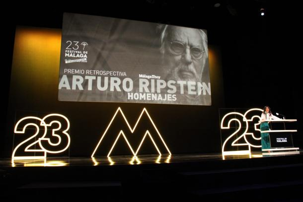 Noemí Ruíz presenta el premio Biznaga Retrospectiva a Arturo Ripstein / Fuente: Paula Rodríguez