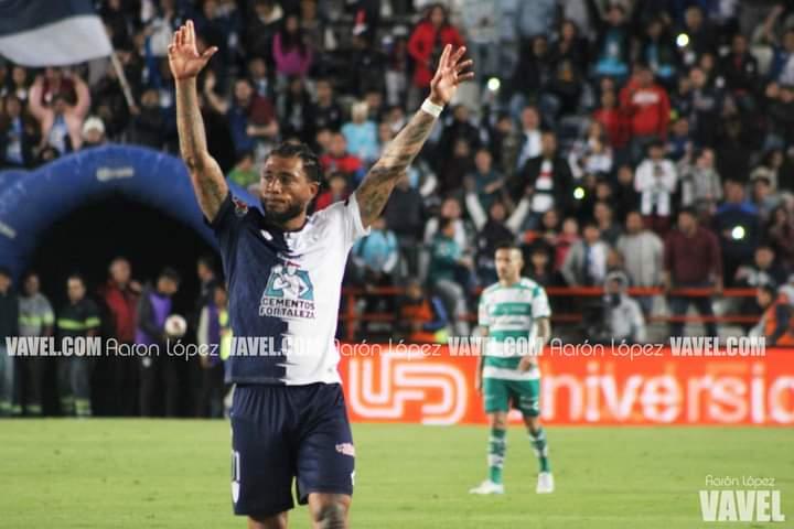 Celebración de gol de Kazim-Richards en el último gol anotado con afición en el Estadio Hidalgo.