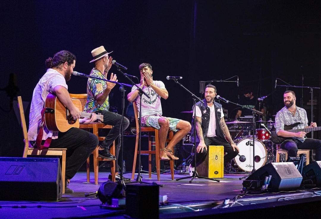 Efecto Pasillo y El Vega Life durante el concierto // Foto: @danielgonzalezphoto // Fuente: @efectopasillo