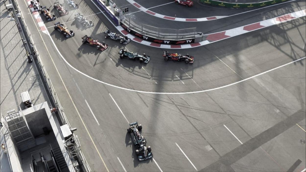 Hamilton cogiendo la escapatoria de la primera curva (fuente: f1.com)