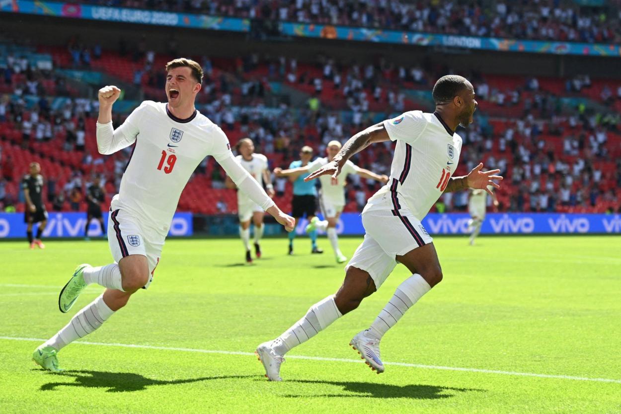 Mount y Sterling celebrando el 1-0 / FOTO: UEFA