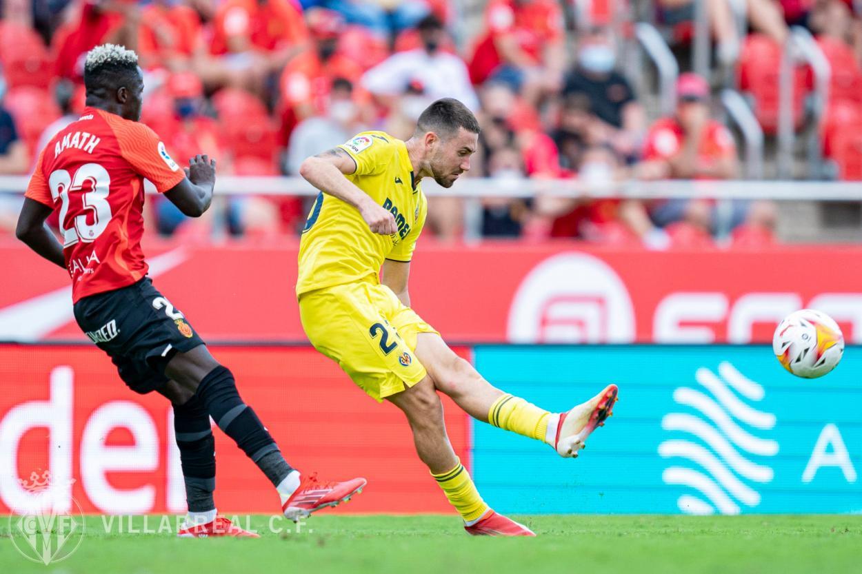 Moi Gómez con la bola ante la atenta mirada de Amath/ Fuente: Villarreal