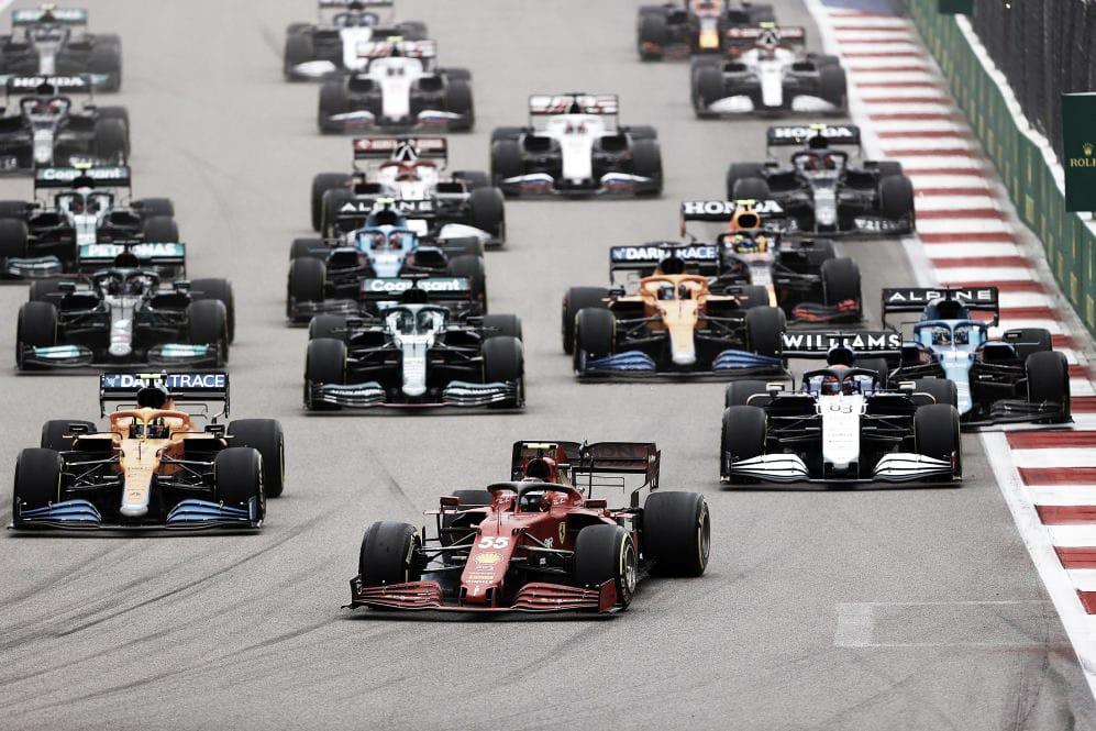 Llegada a la primera curva tras la larga recta de meta. (Fuente: f1.com)