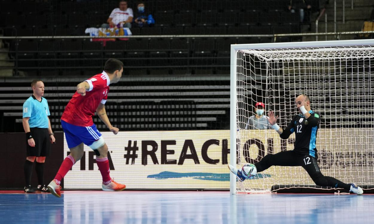 Farach frenando el remate definitivo. Foto: Selección Argentina.