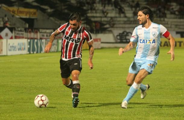 Meia-atacante Thiago Primão deve seguir como titular diante do Ceará (Foto: Rodrigo Baltar/Santa Cruz)