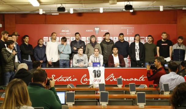 Los jugadores del Albacete leyendo un comunicado sobre Pelayo | Foto: albacetebalompie.es