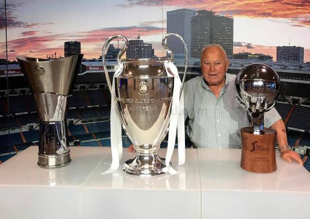 Agustin Herrerín posando con las Copas de Europa de baloncesto u fútbol y con la Liga acb. Fuente: Real Madrid