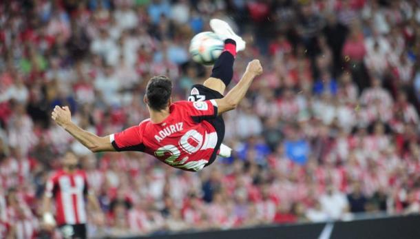 Aduriz rematando un balón de forma acrobática frente al Barça | Foto: athletic-club.eus