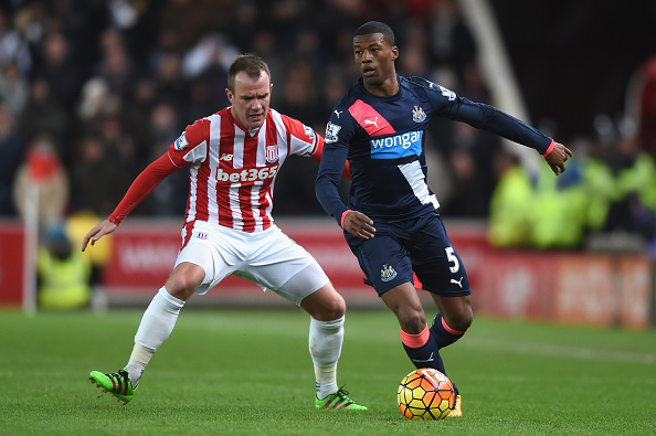 Glenn Whelan battle Georgino Wijnaldum for possession. (Getty)
