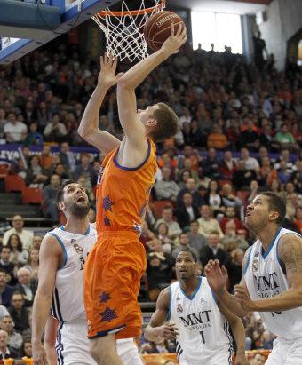 Will Hanley realiza una bandeja durante un partido entre Valencia Basket y Real Madrid   Fuente: Gigantes del Basket