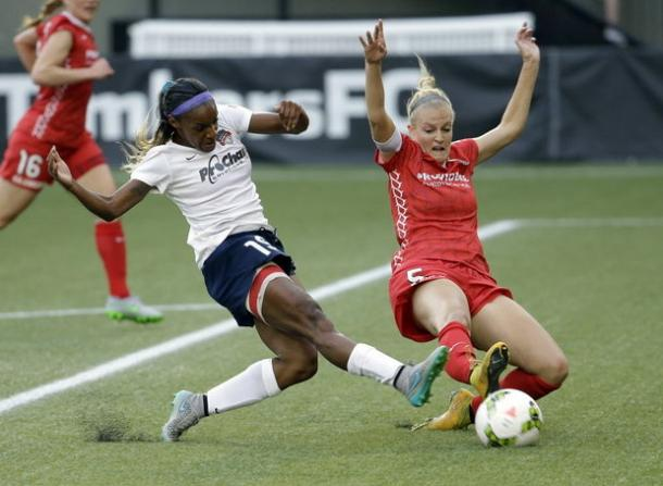 Kat Williamson (right) in a game against the Washington Spirit in 2015 | Source: Don Ryan - AP Photo