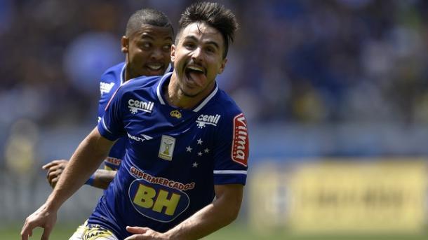 Willian comemorando um de seus quatro gols diante do Figueirense, em 2015 (Foto: Divulgação/Cruzeiro)