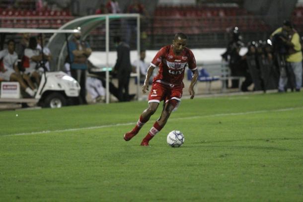 Lei do ex? Willians marcou três vezes contra o Atlético-GO, time que defendeu antes de ir para o Avaí (Foto: Douglas Araújo/CRB)