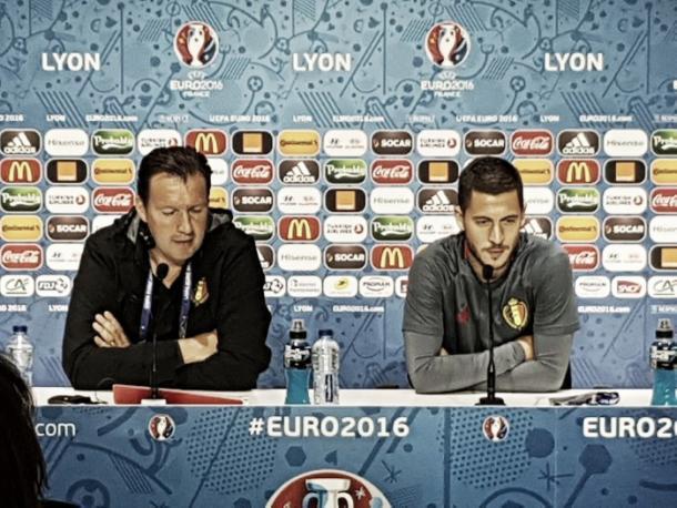 Marc Wilmots e Eden Hazard em entrevista coletiva (Foto: Divulgação/Bélgica)