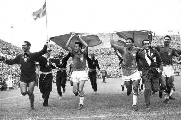 Jogadores da Seleção Brasileira comemoram o primeiro título mundial na Suécia. Foto: Scanpix.