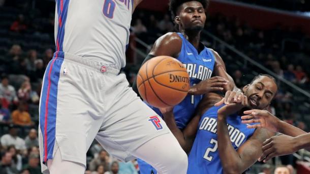 Isaac y Aminu peleando un rebote. Fotografía: NBA.