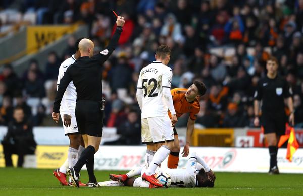 Viangre observa como el árbitro le expulsa. Foto: Getty Images