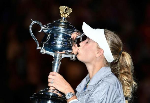 Caroline Wozniacki embrassant son trophée de championne de l'Open d'Australie 2018 (Source Image : TV5 Monde)