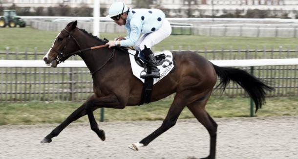 Lozoya logrando en el Hipódromo de Chantilly su primera victoria de en su historial deportivo. / Fuente: Equidia.