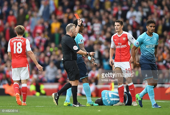Granit Xhaka receives his marching orders. | Photo: Getty Images / Mike Hewitt