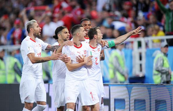 Xhaka comemorou fazendo o símbolo de uma águia o primeiro gol suíço contra a Sérvia (Foto: Norbert Barczyk/PressFocus/MB Media/Getty Images)
