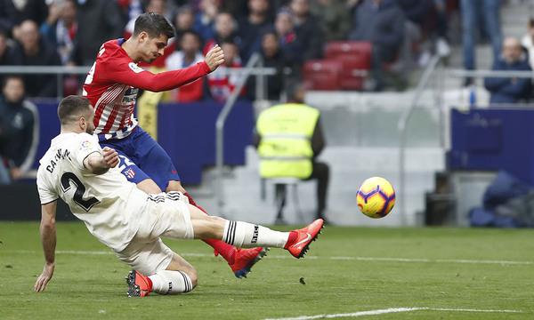 Morata disparando a puerta. El madrileño marcó un gol soberbio, pero fue anulado por el VAR. Foto: Web oficial del Atlético de Madrid.